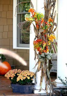 décoration extérieure en brindilles, branches et feuilles d'automne, sol en…