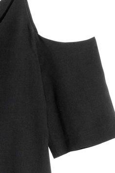 Blouse épaules dénudées: CONSCIOUS. Blouse en doux lyocell Tencel® tissé. Modèle avec épaules dénudées, fines bretelles et manches courtes. Encolure en V devant et dans le dos.