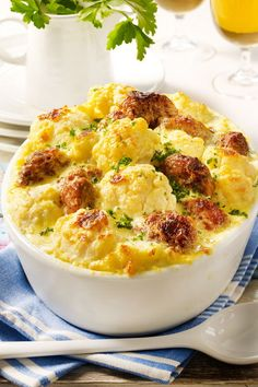- Blumenkohl-Frikadellen-Auflauf Our favorite recipe for cauliflower meatball casserole and more than other free recipes at LECKER. Baked Meatball Recipe, Meatball Recipes, How To Cook Cauliflower, Cauliflower Recipes, Cauliflower Patties, Meatball Casserole, Grape Recipes, Albondigas, Galette