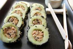 Sushi de pepino: Quita la cáscara de los pepinos y córtalos a la mitad, para que tengas 4 cilindros de pepino. Quita las semillas con un descorazonador de manzanas. Deja marinar el pepino con el vinagre de arroz 1 hora. Mezcla las 2 latas de atún con la mayonesa, el alga nori, el aceite de sésamo y la ralladura de lima. Pasada la hora rellena con la mezcla los pepinos. Ya rellenos corta en rodajas, cubrelas con queso crema y sésamo blanco y negro mezclado. Acompaña salsa de soya.