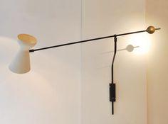 Applique à bras et contrepoids de Robert Mathieu métal laqué blanc et noir, et contrepoids en laiton France, c. 1950 L. 1er bras 40 cm ; L. 2e bras 115 cm Vendu
