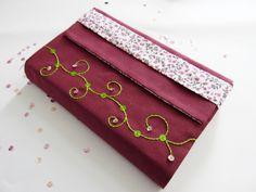 Protège-livre grand format fait main en tissu prune et tissu fleuri : Autres sacs par marissia