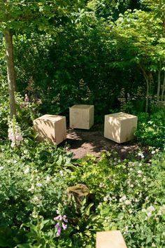 Kuutioiksi muotoillut puuistuimet luovat jännittävän kontrastin ympäröivälle luonnolle. - Wooden cube stools make an exciting contrast to the surrounding nature. http://www.viherpiha.fi/pihasuunnittelu/tee-helppohoitoinen-piha