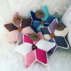 Hæklet rasle stjerne Crochet For Kids, Diy Crochet, Crochet Baby, Baby Knitting Patterns, Crochet Patterns, Doily Dream Catchers, Crochet Books, Pin Cushions, Baby Toys