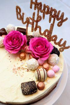 Kolmen suklaan juustokakku Cheesecake, Birthday Cake, Baking, Desserts, Food, Cheesecake Cake, Bread Making, Tailgate Desserts, Birthday Cakes