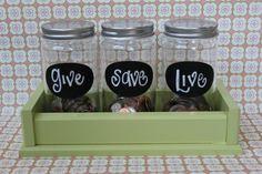 des pots en verre tirelire originale, trois compartiments, épargner, donner, dépenser dans une boite en bois vert