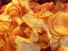 How To Make Outstanding Homemade Potato Chips - Yummy Stuff - Potatoes Recipes Deep Fried Potatoes, Fried Potato Chips, Bbq Potatoes, Fried Chips, Potato Crisps, Funeral Potatoes, Potato Pancakes, Baked Potatoes, Homemade Baked Potato Chips