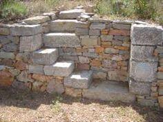 Restanque (mur en pierre sèche) avec un escalier