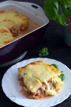 Mielone mięso podsmażone z cebulą, z dodatkiem pomidorów w puszce może być świetną bazą dla wielu potraw. Raz możemy zrobić spaghetti po bolońsku, innym razem napełnić takim farszem naleśniki, a następnie zapiec je w piekarniku, jeszcze kiedy indziej, do takiej patelni z mięsem i sosem dodać surowy Lasagna, Ethnic Recipes, Spaghetti, Food, Essen, Meals, Yemek, Noodle, Lasagne