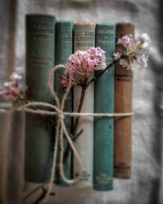 Just a few of my favourite things. New Zealand born, raised and living . flowers photography Raindrops and Roses Old Books, Vintage Books, Book Photography, Creative Photography, Photography Hacks, Raindrops And Roses, Book Flowers, Gift Flowers, Book Aesthetic