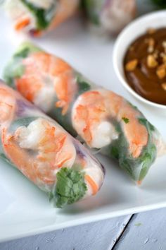 Frische Garnelen Spring Rolls mit Peanut Dipping Sauce Fresh shrimp spring rolls with a delicious peanut dipping sauce. Each roll is filled with healthy crisp vegetables, rice noodles, seafood, and herbs. Yummy Appetizers, Appetizer Recipes, Dinner Recipes, Party Appetizers, Phyllo Appetizers, Chinese Appetizers, Vegetable Appetizers, Appetizer Dishes, Italian Appetizers