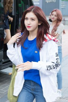 Jeon Somi is a Korean solo singer who became well known after competing on the survival shows Sixteen & ranking first in Produce Asian Woman, Asian Girl, Asian Boys, Kpop Hair, Jeon Somi, Get Skinny Legs, Pretty Asian, Korean Celebrities, Pop Fashion