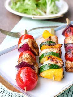 Die Low Carb Grillspieße mit Hähnchen, Paprika, Zucchini und Tomaten sind kinderleicht gemacht und eine tolle, gesunde Abwechslung zu Grillfleisch.