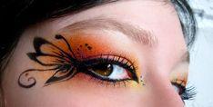 Maquiagem de carnaval com cores vibrantes e desenhos feitos com o delineador.