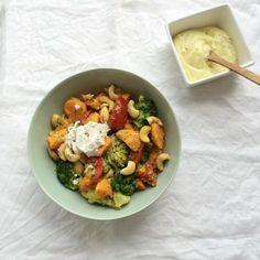 Zoete aardappel met broccoli, cashewnoten en honing-mosterd dressing
