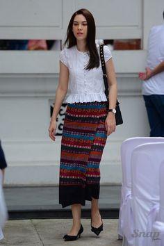 Myanmar Traditional Dress, Thai Traditional Dress, Traditional Dresses Designs, Traditional Outfits, Model Dress Kebaya, Mode Batik, Modern Filipiniana Dress, Batik Fashion, Women's Fashion