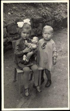 Foto Ak Ansicht von einem Mädchen und einem Jungen mit einer Puppe | eBay