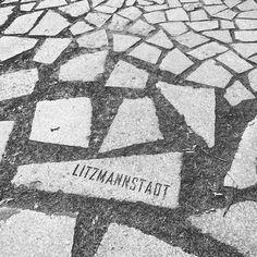 En dag som turist i Berlin giver plads til eftertænksomhed. Her mindesmærker for de myrdede Roma og Sint under anden verdenskrig. Besøgte også mindesmærket for de myrdede jøder for første gang. Arkitekt Peter Eisenman har skabt et tankevækkende mindesmærke som ingen selfie eller billede kan gengive følelsen af. De store sorte sten der tårner sig op over en mens man mister både orientering og næsten balancen.