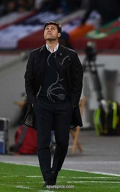 Tottenham Hotspur's Argentinian head coach Mauricio Pochettino reacts during the Champions League group E football match between Bayer Leverkusen and Tottenham Hotspur in Leverkusen, western Germany, on October 18, 2016 / AFP / PATRIK STOLLARZ