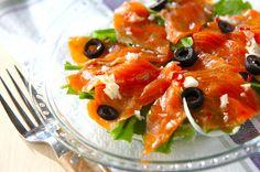 レモン汁を使ったアッサリとしたドレッシングをかけるおしゃれなサラダ。スモークサーモンのカルパッチョ[洋食/前菜]2013.04.29公開のレシピです。