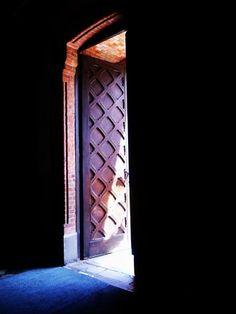 """""""Co znajdziesz za ostatnimi drzwiami przed niebem ? Jeżeli masz zamknięte serce nie znajdziesz za tymi drzwiami nic, co by ci oświetliło drogę…"""""""