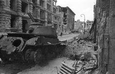 Zerstörter Panzer IS-2 in der Beuthstraße, Berlin © Stadtmuseum Berlin | Foto: Cecil F.S. Newman