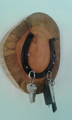 Porta llaves Source by ideas decorating Horseshoe Projects, Horseshoe Crafts, Horseshoe Art, Welding Art, Welding Projects, Diy Wood Projects, Blacksmith Projects, Western Crafts, Rustic Crafts