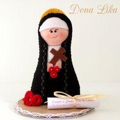 Santa Rita de Cássia, a Santa das Causas Impossíveis! <br> <br>Confeccionada em feltro, costurada toda à mão, possui 16 cm de altura. Acompanha a oração de Santa Rita em um lindo pergaminho. <br> <br>Obrigada pela visita! <br>Dona Lika