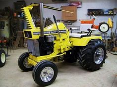 This Allis Chalmers is Rockn and thumbs up to the All is Chalmers peddle tractor. Small Tractors, Compact Tractors, Old Tractors, Lawn Tractors, Antique Tractors, Vintage Tractors, Garden Tractor Pulling, Garden Tractor Attachments, Truck And Tractor Pull