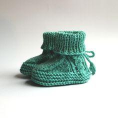 Neue Schuhe für neue Erdenbürger_Innen. Mit hübschen Zopfmuster in Mint. Schmuck Design, Knitted Hats, Beanie, Mint, Knitting, Fashion, Unique Bags, Hot Pink Fashion, Creative Products