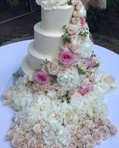 One more image from last night... Art with Sugar  Cake Artistry: @hansencakesbakery  Floral Embellishment: @Petalsla  #AboutLastNight #PerfectEvening