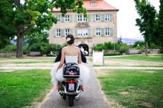 Braut auf dem Moped am Schloss Atzelsberg.