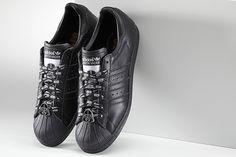 adidas Superstar Gets Star Wars Design Options Snicker Shoes, Hipster Shoes, Star Wars Design, Star Wars Prints, Star Wars Characters, Adidas Superstar, All Black Sneakers, Louis Vuitton, Darth Vader