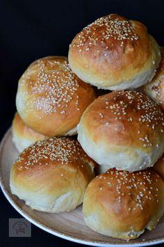 Chifle pentru hamburgeri in 2020 Healthy Sandwich Bread Recipe, Healthy Sandwiches, Baby Food Recipes, Baking Recipes, Dinner Rolls Easy, Cooking Bread, Good Food, Yummy Food, Food Gallery