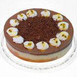 Torta de Maracujá com Chocolate Diet feito com: Fina massa de chocolate recheada com a deliciosa combinação das mousses de chocolate e de maracujá. Decorada com marshmallow e raspas de chocolate.