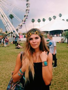 It's the flowers on the headband and the long straight hair! Festival Outfits, Festival Fashion, Summer Feeling, Boho Gypsy, Film Photography, Coachella, Boho Fashion, Boho Chic, Flower Crowns