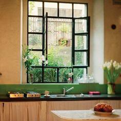 Fina fönster i ett kök.