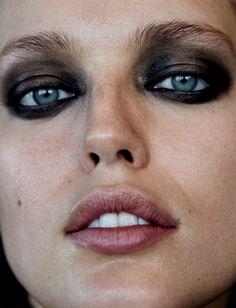 Emily DiDonato wears smokey eyes for Narcisse Magazine Spring-Summer 2017 Smokey Eye Makeup Look, Smokey Eyes, Edgy Makeup, Grunge Makeup, Skin Makeup, Makeup Inspo, Beauty Makeup, Makeup Looks, Parisian Makeup