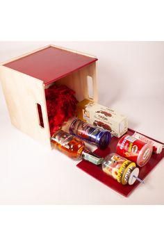 Desde el punto de vista conceptual, una ancheta o gift basket, es un empaque en forma de cesta con variedad de contenidos en su interior. Esta ancheta gira alrededor del whisky, una buena botella de Chivas regal, acompañado de unos chocolates grisby, barquillos royal dansk, un frasco con motivo de celebración, un ferrero rafaello, y una unidad en el concepto tanto de un regalo ejecutivo como el color y usos del regalo. Chocolates Ferrero Rocher, Tapas, Interior, Color, Shape, Jelly Beans, Gifts For Boss, Business Gifts, Indoor