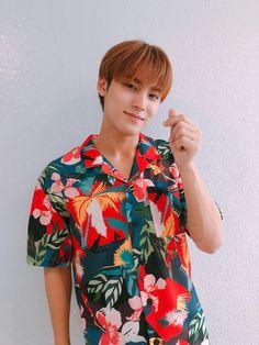 Mingyu and his Hawaiian shirts. Woozi, Jeonghan, Mingyu Seventeen, Seventeen Debut, Seventeen Scoups, Hip Hop, Vernon, Rapper, Warner Music