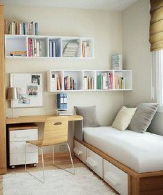 Diseño para una pequeña habitación: Escritorio y Silla de madera, minimalista, mucho blanco y diseño de estanteria