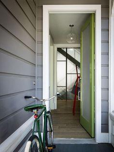 Пластиковые входные двери для частного дома: 70+ стильных и надежных реализаций http://happymodern.ru/plastikovye-vxodnye-dveri-dlya-chastnogo-doma/ Неприхотливая в уходе пластиковая входная дверь яркого салатового цвета с матовым стеклопакетом