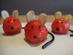 Aardbeimuisjes met amandeloortjes, een dropveter staart en een chocoladeneusje. Zo schattig!