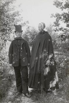 Boer en boerin in begrafeniskostuum. Het zwarte mutsje over de cornetmuts werd alleen in Den Ham en naaste omgeving gedragen. 1899 #Overijssel #Salland #Saksen