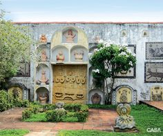 Ariano Suassuna: CASA CLAUDIA visitou a casa em que o escritor morou -O jardim recebeu esculturas concebidas pela moradora, autora também do painel A Compadecida. Arnaldo Barbosa talhou a figura de pedra colocada à frente desta obra.