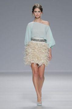 vestidos de fiesta 2014 de Matilde Cano Pretty Little Dress, Little Dresses, Nice Dresses, Girls Dresses, Sun Dresses, Skirt Fashion, Fashion Dresses, Dress Skirt, Lace Skirt