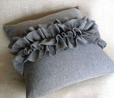 Couch Pillows 530861874820420975 - ruffled felt pillow tutorial–love how simple and classic this looks. Source by dumenoir Ruffle Pillow, Felt Pillow, Grey Pillows, Throw Pillows, Couch Pillows, Knitted Pillows, Pillow Tutorial, Soft Furnishings, Decorative Pillows