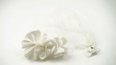 LIGURIA: Tocado a base de pétalos de raso italiano con tul de polka-dots y detalles de perlas japonesas.