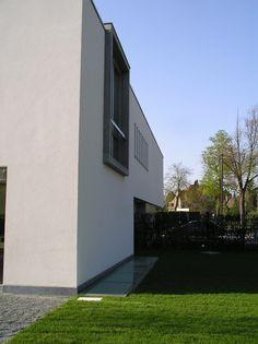 Nieuwbouw woning – Ypsilon architecten raam met kader rondom hoger dan de dakrand - voorgevel nieuwbouw
