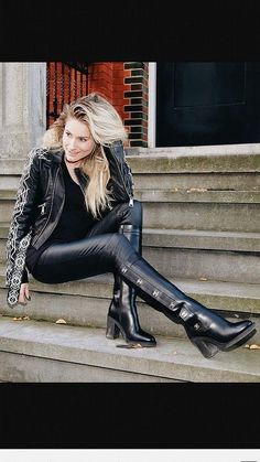 Get on your hands & knees at my feet Mark Shavick! Legging Outfits, Leder Outfits, Leggings Fashion, Leather Tights, Leather Pants Outfit, Black Leather Boots, Sexy Outfits, Casual Winter Outfits, Mode Des Leggings